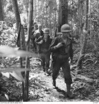 WANIGELA, NEW GUINEA. 1942-10-15. AMERICAN TROOPS OF 128TH INFANTRY REGIMENT, 32ND UNITED STATES DIVISION, ON THE FIRST STAGE OF THE BATTLE OF THE BEACHES WHICH BEGAN ON 1942-11-19. THE JAPANESE RESISTANCE CEASED ON 1943-01-22 IN THE SANANANDA, GONA, CAPE ENDAIADERE AND BUNA AREAS.