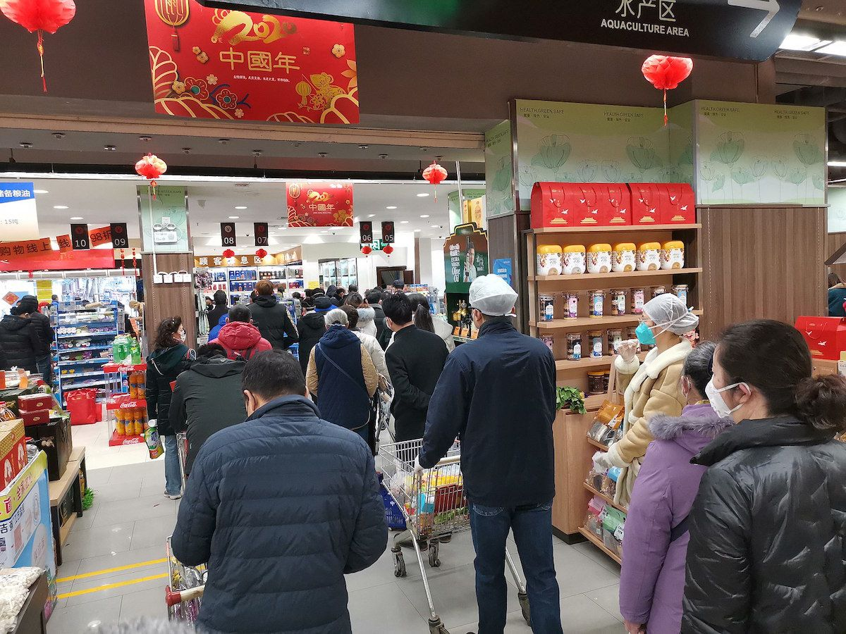 Customers lining up to enter the supermarket in Wuhan during the coronavirus outbreak – January 2020. (Painjet/Creative Commons License)