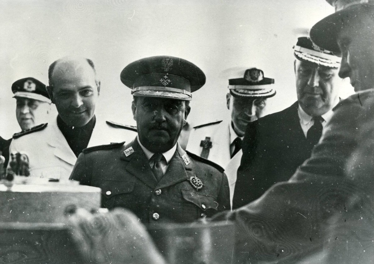General Francisco Franco Bahamonde accompanied by other military authorities – 1950 (Public Domain)