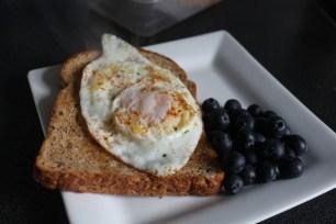 Pão + ovos + mirtilos