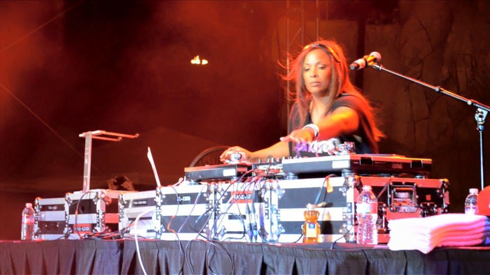 Spindarella DJing