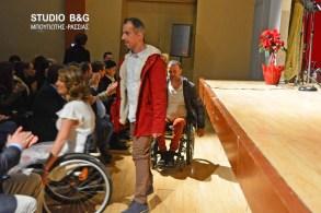 """Στο πλαίσιο του εορτασμού για την παγκόσμια ημέρα αναπηρίας, ο σύλλογος των ΑΜΕΑ Αργολίδος Ηφαιστος με τη συμπαράσταση της Περιφέρειας Πελοποννήσου και του δήμου Άργους - Μυκηνών διοργάνωσε εκδήλωση με θέμα """" Ο Αθλητισμός συναντάει τη μόδα"""", Σάββατο 17 Δεκεμβρίου 2016. Παραολυμπιονίκες και Πρωταθλητές Ελλάδας πέταξαν τις φόρμες τους και φόρεσαν ρούχα υψηλής ραπτικής σχεδιασμένα από σχεδιαστές . Στην εκδήλωση παραβρέθηκαν οι βουλευτές Γιάννης Ανδριανός και Γιάννης Μανιάτης , ο δήμαρχος της πόλης του Άργους Δημήτρης Καμπόσος , ο αντιπεριφερειάρχης Αργολίδος Αναστάσιος Χειβιδόπουλος, ο θεματικός αντιπεριφερειάρχης Βασίλης Σιδέρης και αθλητές. Η Εκδήλωση πραγματοποιήθηκε στο Μπουσουλοπούλειο θέατρο Άργους."""