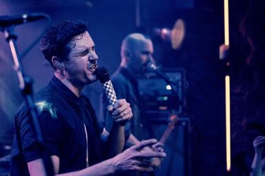 Sänger Seven während dem Konzert im Hotel Wetterhorn
