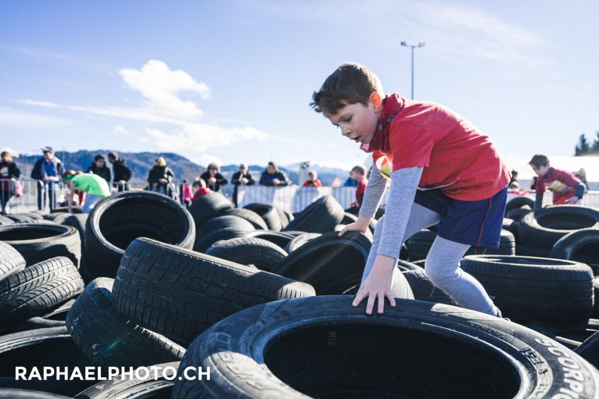 Kinderlauf vom Survivalrun in Thun - über Pneus klettern