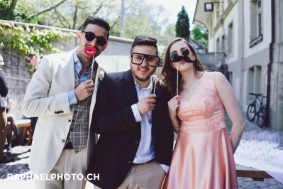 Hochzeits-Gruppenfoto im Weincafé Klösterli in Bern
