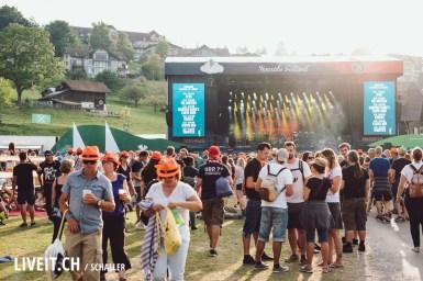 Hauptbühne vor Krokus während Sonnenuntergang am Seaside Festival in der Bucht Spiez