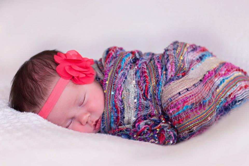 4 prácticas que pueden distorsionar el desarrollo del bebé. Envolver al bebé.