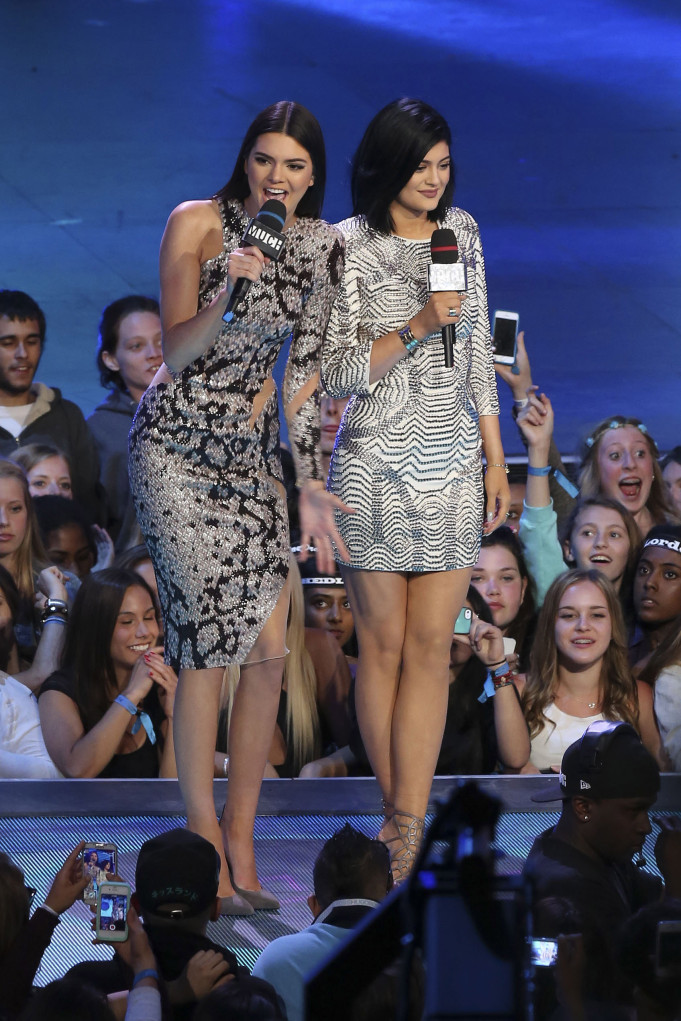 Kendall and Kylie Jenner in snakeskin and metallic prints for the MMVAs!
