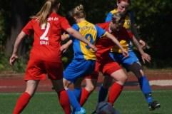 Ein Titel für Viktoria-Ass Sandy Decker (am Ball) und ihre Mannschaftskollegin Nicola Käpernick wäre der Hit - beide hängen nach der Saison ihre Fußballschuhe an den Nagel. Foto: Matthias Vogel