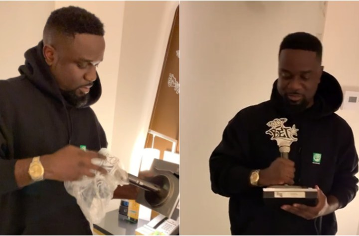 Sarkodie receives his BET 'Best International Flow' plaque and unboxes live for fans