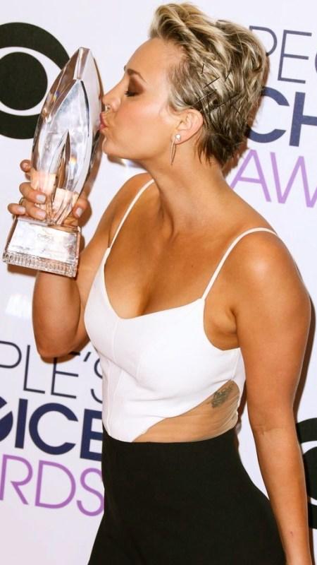 kaley-cuoco-people-choice-awards-2015-et-sa-récompense