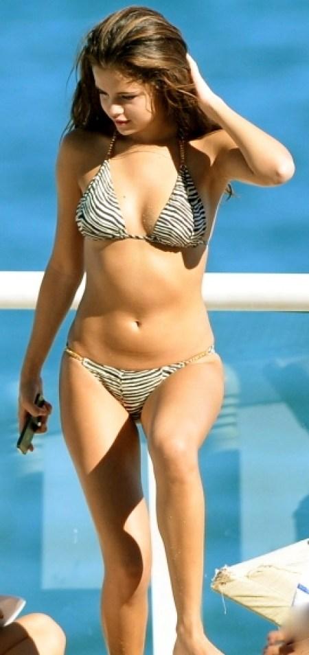 selena-gomez-butt-bikini-1029-12-435x580