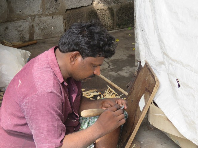 A Kondapalli toy artist at work