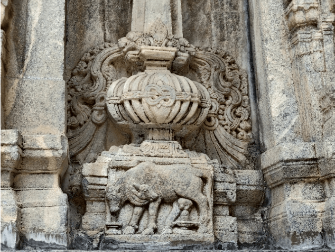 Unique sculptures of 2 cows on a pillar of Sri Vaidhyanatheshwara Temple