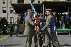 Passaggio della bandiera dal Generale Alimenti (a destra) nelle mani del Generale Zontilli (a sinistra)