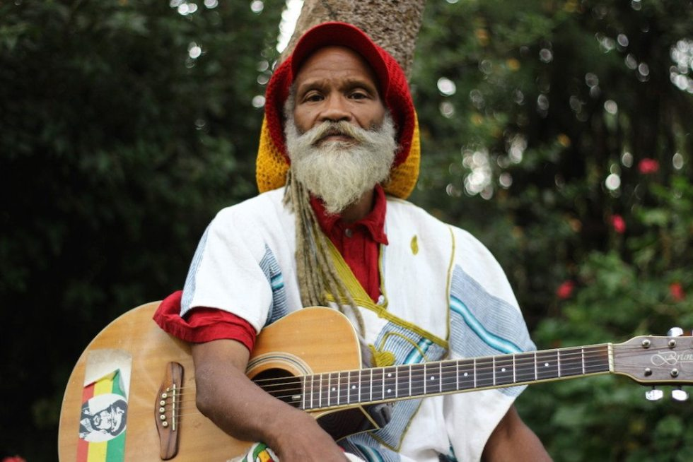 Ras Kawintseb on his beloved guitar © Sarine Arslanian