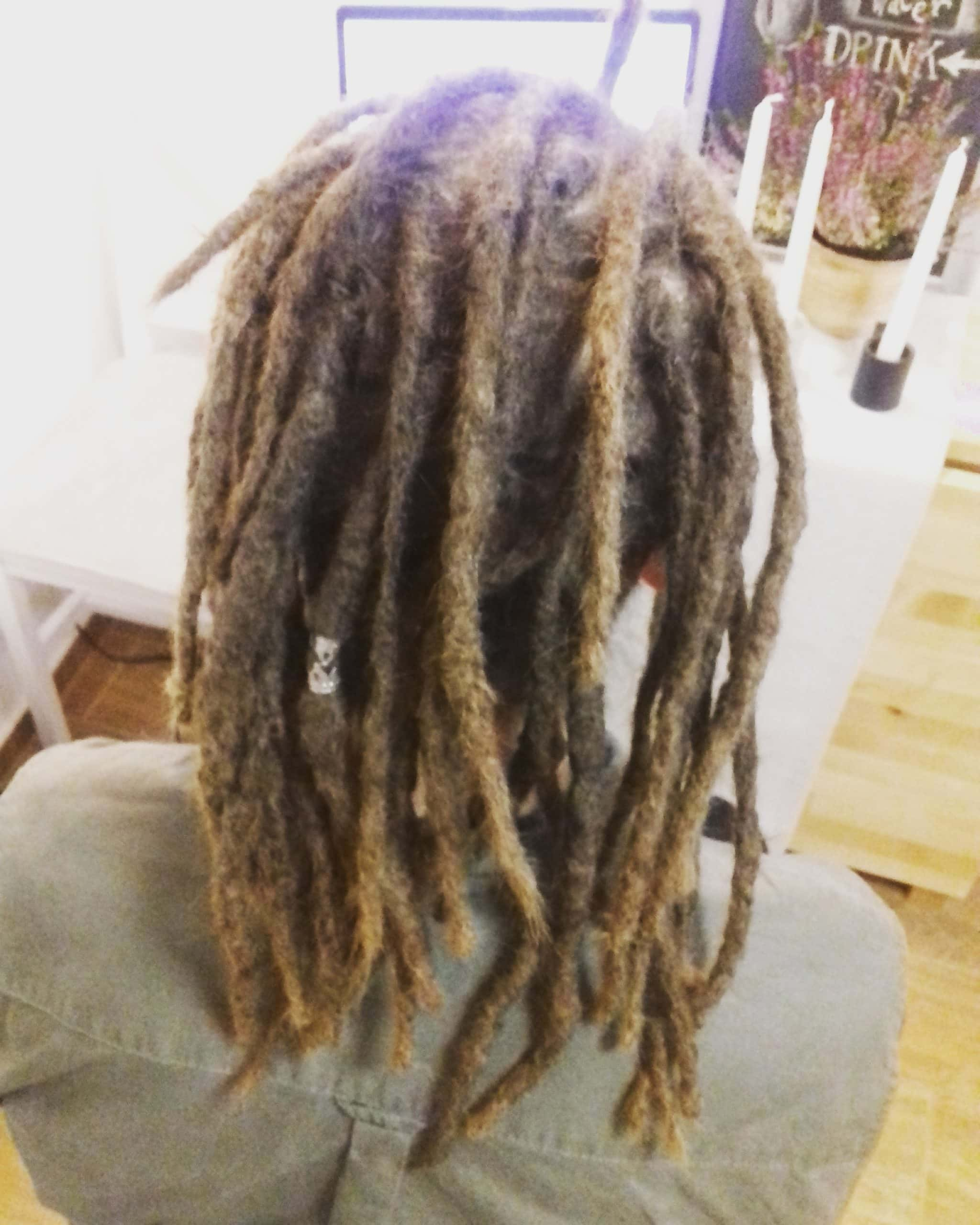 A raszta haj hosszúságának méretezése, azaz rasta hosszabbítás