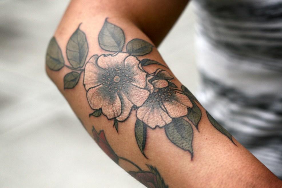 100 лучших идей тату цветы для девушек на руках и ногах с фото