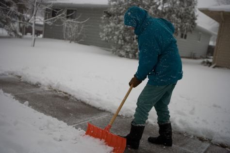Tenants or homeowners are responsible for shoveling snow within 48 hours of the last snowfall. | Andrea Booher, FEMA Photo Library [Public domain], via Wikimedia Commons