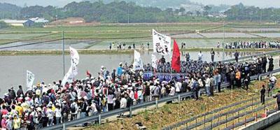 平澤(ピョンテク)で機動隊と対峙するデモ隊(朝鮮日報)