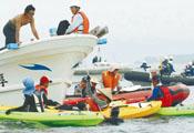 那覇防衛施設局のチャーター船を取り囲む反対派のカヌー=18日午前10時15分、名護市辺野古沖約3キロの海上:沖縄タイムス