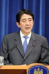 記者会見する安倍首相=12日午後2時、首相官邸で(朝日新聞)