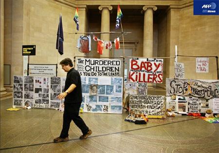 2007年1月15日、ロンドンのテート・ブリテン内に展示されたマーク・ウォリンガー氏の作品『State Britain』とその前を歩く同氏。(AFPBB News)