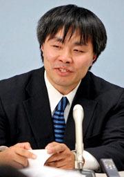 全面勝訴し、笑顔で会見する原告の吉岡力さん=25日午後、大阪市北区、新井義顕撮影(朝日新聞)