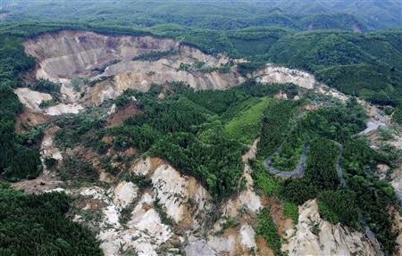 地震で崩落した荒砥沢ダム周辺=14日午前11時53分、宮城県栗原市で共同通信社ヘリから