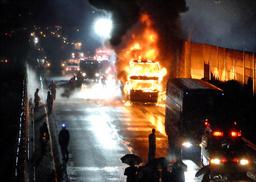 名神高速道路の上り線で炎上するバス=29日午前0時36分、大津市、白井弘幸さん撮影(朝日新聞2008年5月29日)