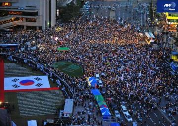 韓国・ソウルで行われた米国産牛肉の輸入再開への抗議デモ=2008年6月5日撮影(AFP)