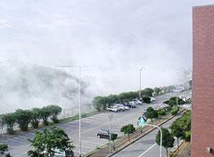 嘉手納町役場の駐車場脇でわき上がる白煙