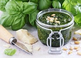 Basilikum Pesto mit Pinienkernen und Parmesan