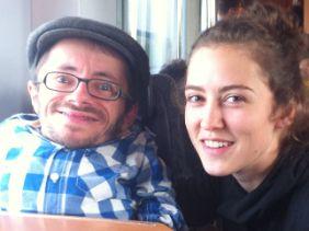 Reisegefährten: Auf der Fahrt von Berlin nach Leipzig nahm Raúl Krauthausen Debora Bleichner mit. Die Zeit im Zug vertrieben sie sich mit netten Unterhaltungen.