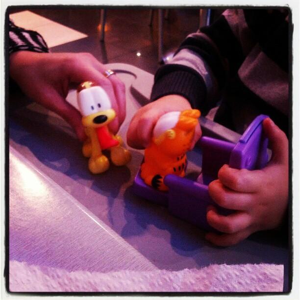 Madre con hijos adolescentes regaló un Garfield al peque :D #generosidad
