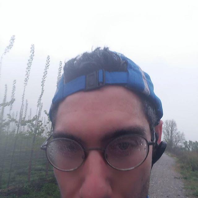"""Aquí va una foto #nonstop que me pedíais . Escapada matutina de domingo. Hoy: lluvia y niebla. Sin viento. Y esas gafotas mías """"deportivas""""  #running"""