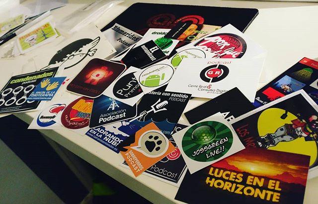 La de pequeños tesoros que pueden ser un puñado de pegatinas. Y la de buena gente que hay detrás de ellas. #recuerdos #podcasting #networking