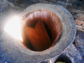Visto desde arriba el destilador de madera hecho de árbol de parota, el objeto que se aprecia a su interior se le llama «cuchara»