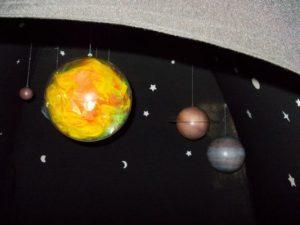Regenbogensonne und Planeten im Zelt