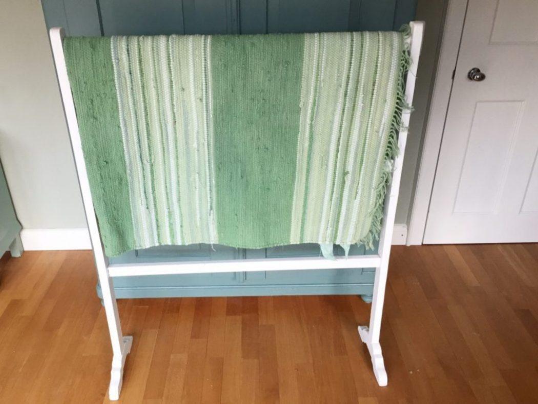 Kinderzimmer in frischem gruen mit neu gefaerbtem teppich