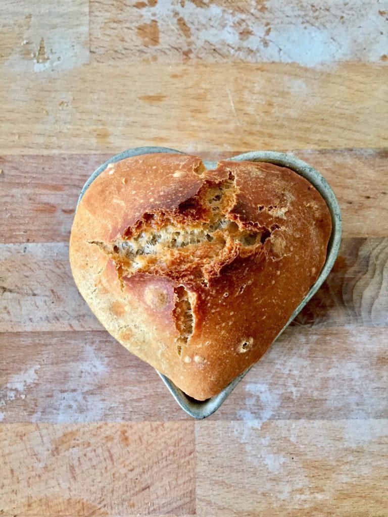 tolle frühstücksidee: ein Herz aus Brot