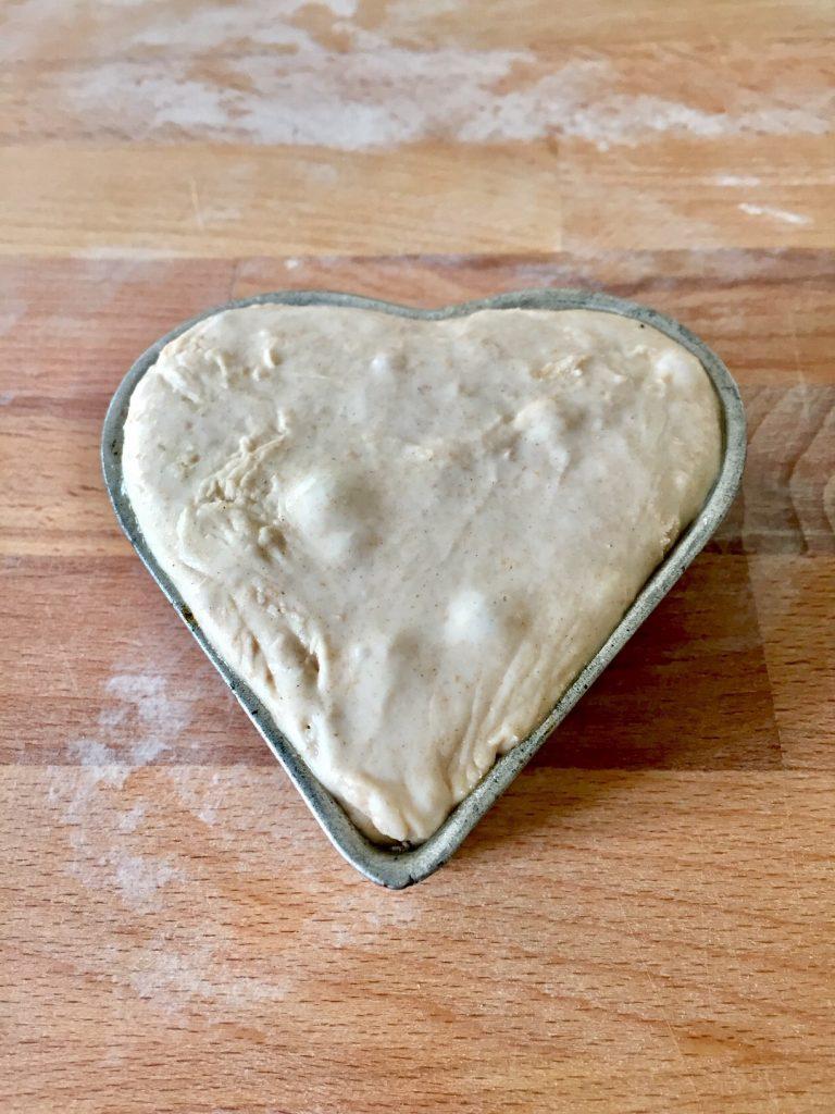Herz aus Brot zum Frühstück