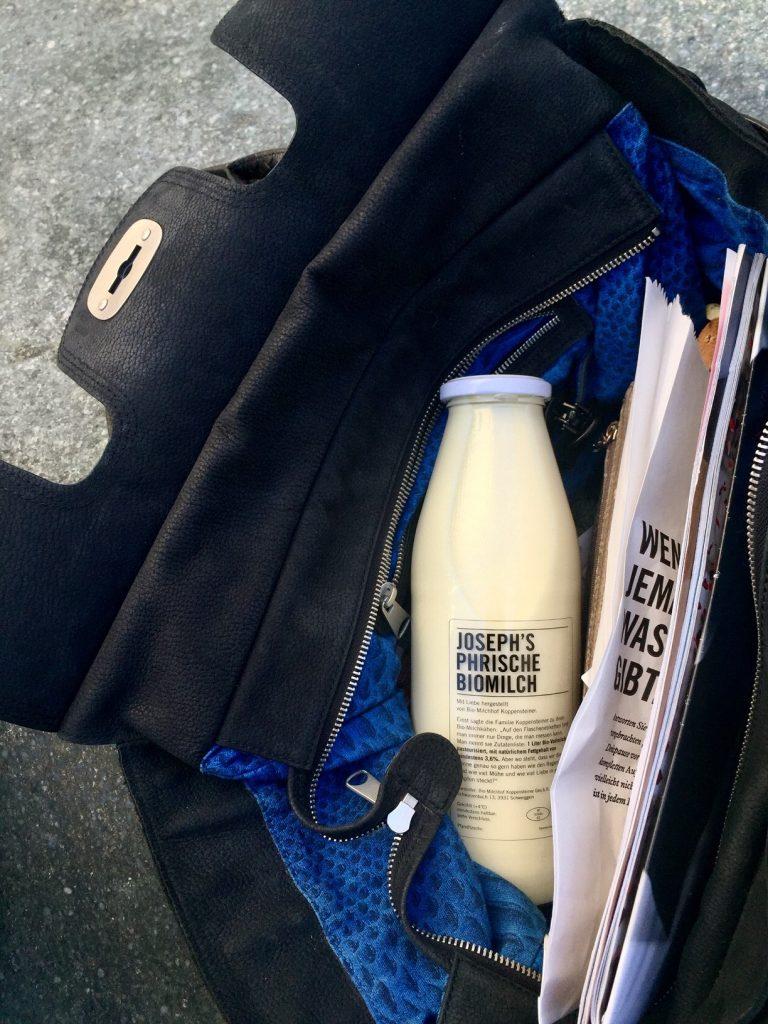 Reise mit Milchflasche in der handtasche