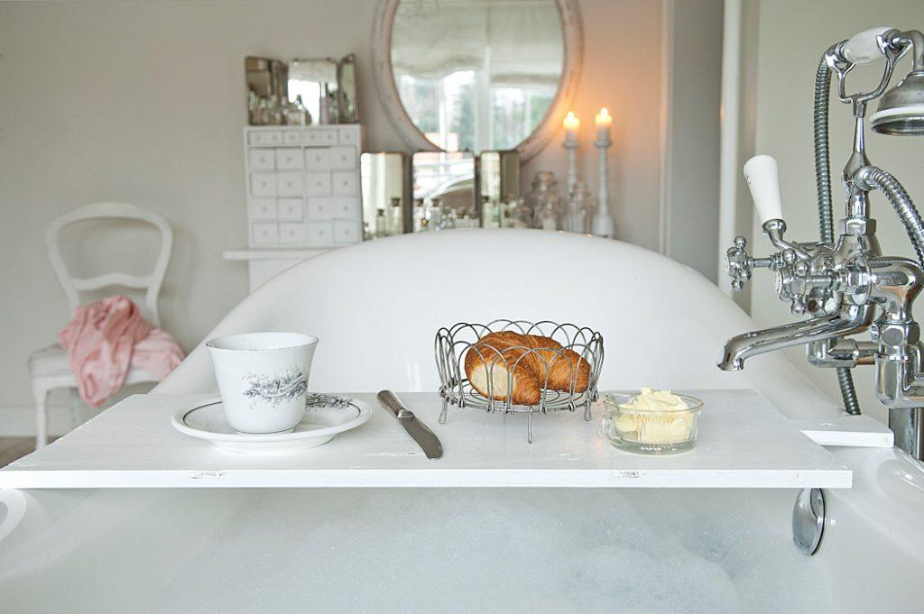 Badezimmer Frühstück in der Wanne