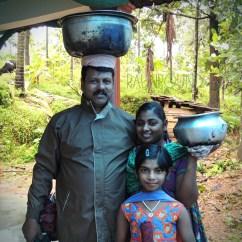 Vava dan keluarga siap mengantar nasi biriyani pesanan