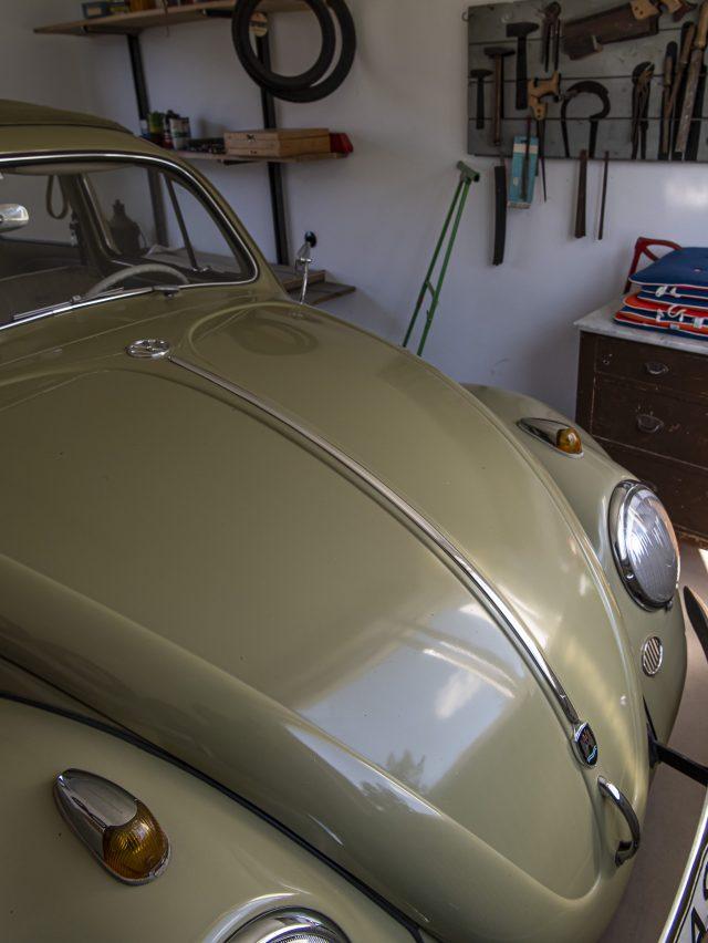 VW Käfer in Garage des Bungalows