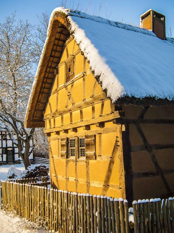 Schneebedecktes Fachwerkhaus in der Sonne