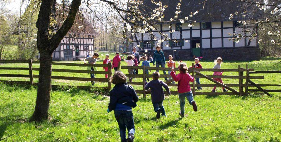 Kinder rennen über Wiese