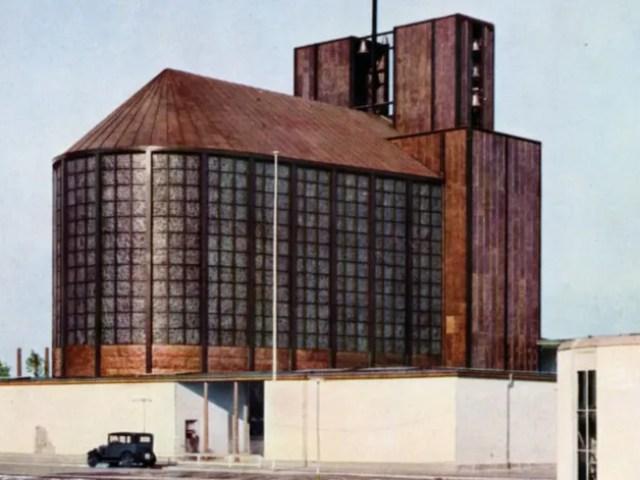 rostfarbene große Kirche mit hohen Fenstern