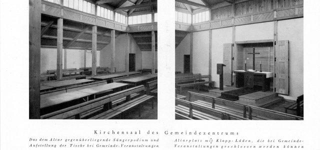 Schwarz-weiß-Foto des Innenraums mit Bänken und Altarbereich